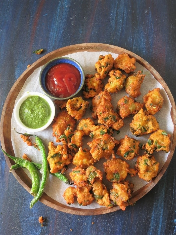 moong daal pakoda bhajiya fritters lentil with sauces and green chillies